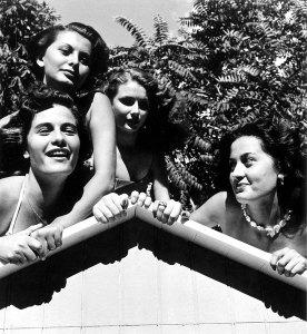 εδώ πάνω αριστερά η Sofia με άλλα κορίτσια απο τον διαγωνισμό.